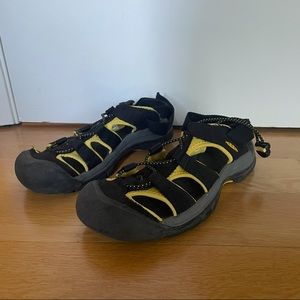 Men's Keen yellow and black water hiking shoes 8